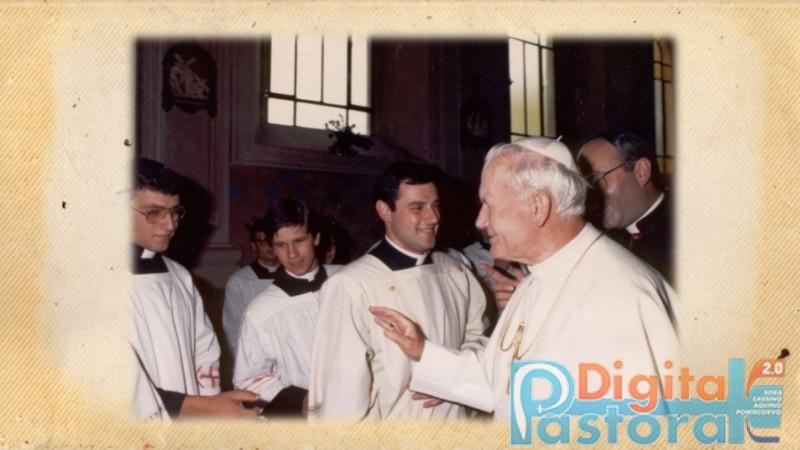[Foto 20. Angelo a distanza ravvicinata con Giovanni Paolo II. Compaiono anche i seminaristi Domenico Buffone e Silvio Chiappini, oggi sacerdoti]