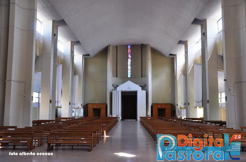 15. L'interno della chiesa guardando verso l'uscita