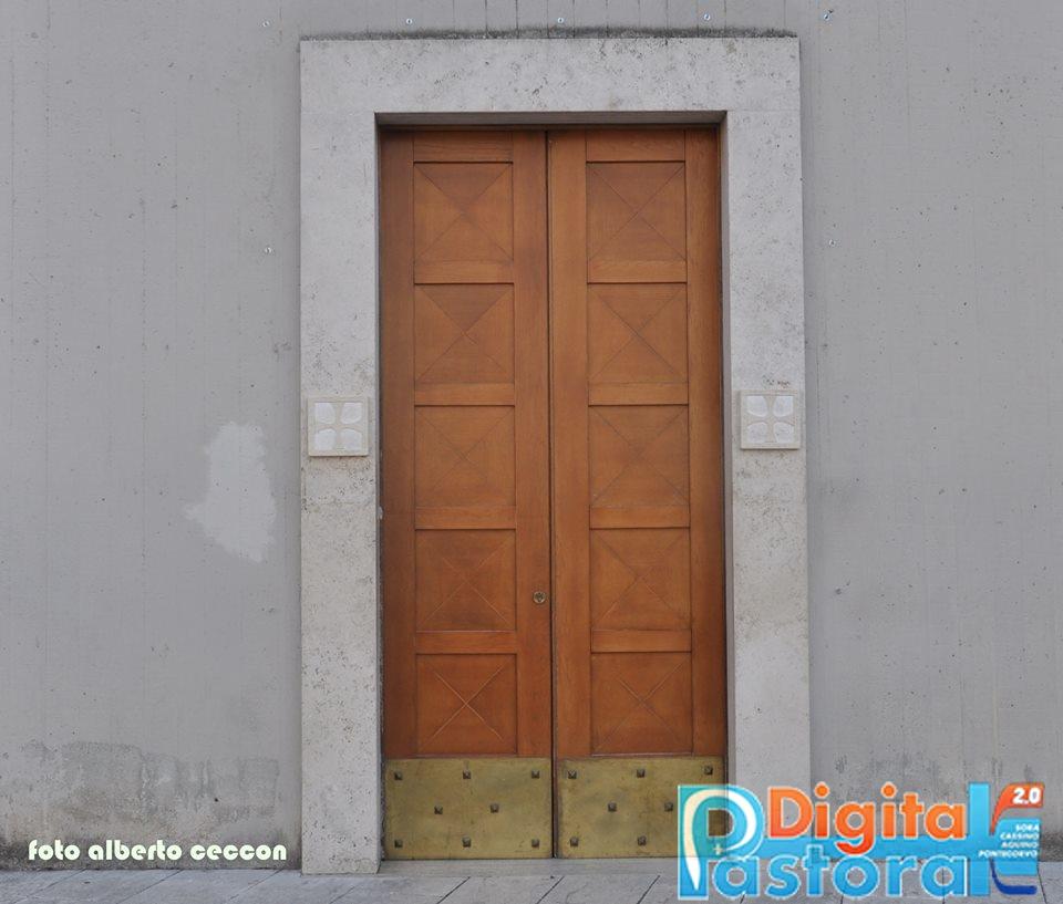 17. La porta laterale destra, che nell'Anno Santo della Misericordia è stata Porta Santa