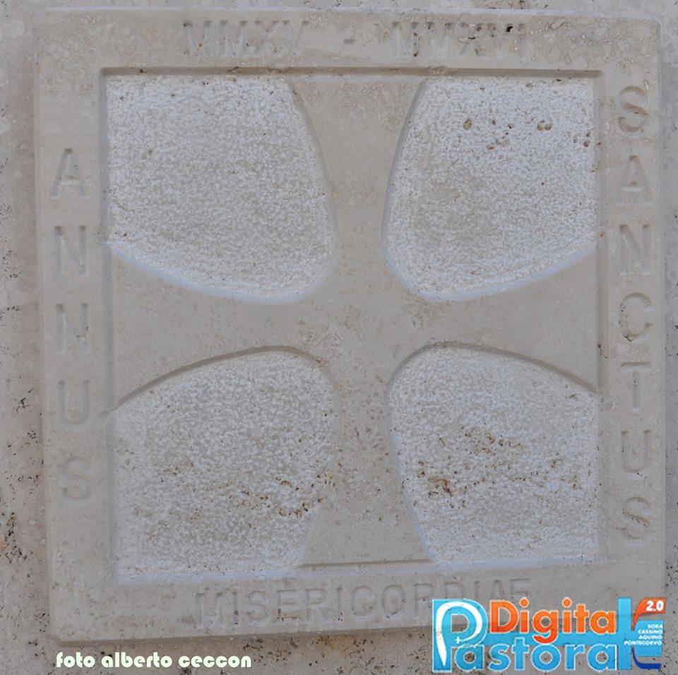 19. Una delle due formelle in marmo della Porta Santa